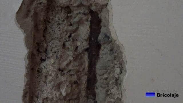 podemos observar el hierro oxidado y que ha generado la grieta