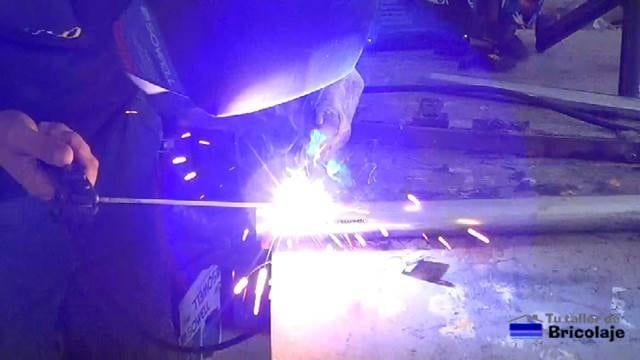 soldando una tuerca sobre el tubo de 40 mm