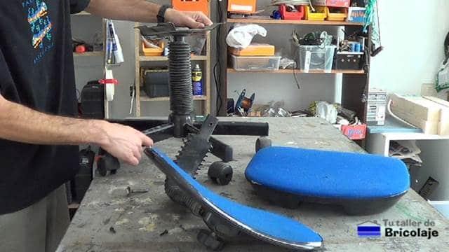 partes de la silla de oficina: asiento, respaldar y patas con ruedas