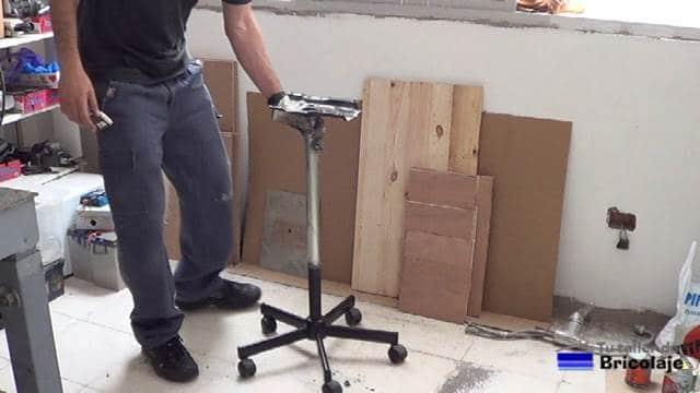 estructura de la mesa con ruedas y regulable en altura