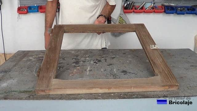 vieja ventana de madera sin cristal