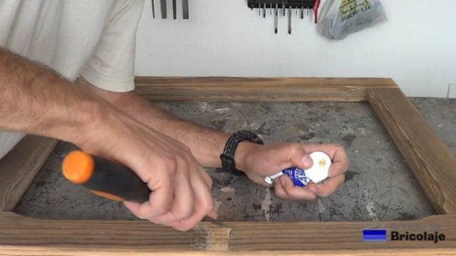 empastando los agujeros de la ventana de madera