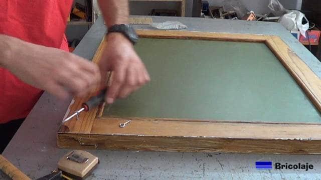 colocando los cancamos cerrados a la trasera del espejo