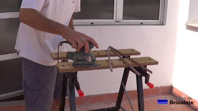 lijando los junquillos de madera de la ventana