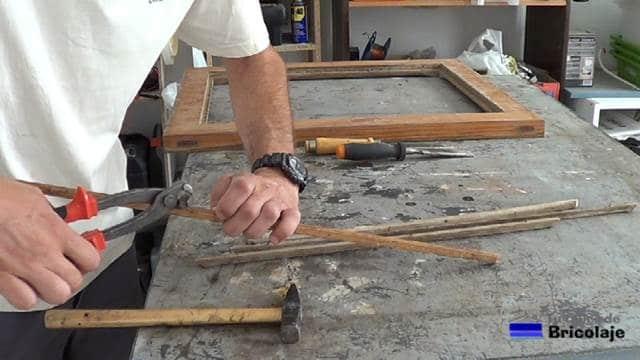 quitando las tachas o clavos a los junquillos de la ventana