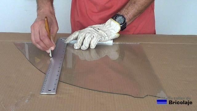 pasando la herramienta de corte de cristal o vidrio