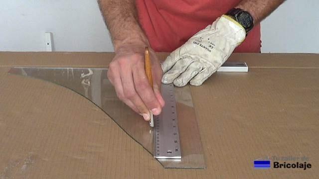 pasando la herramienta para cortar vidrio o cristal