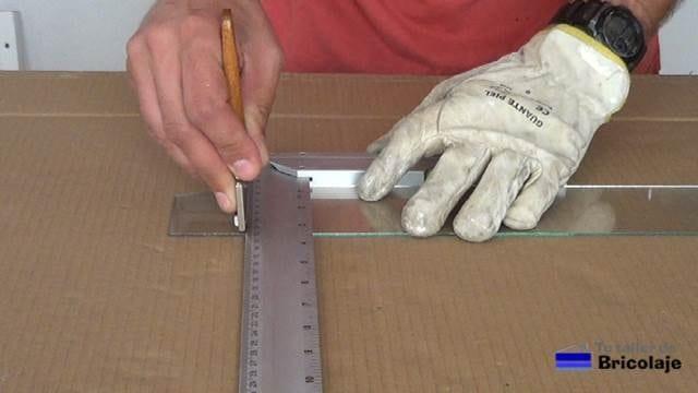 segundo corte realizado con la escuadra y la herramienta de corte de cristal o vidrio