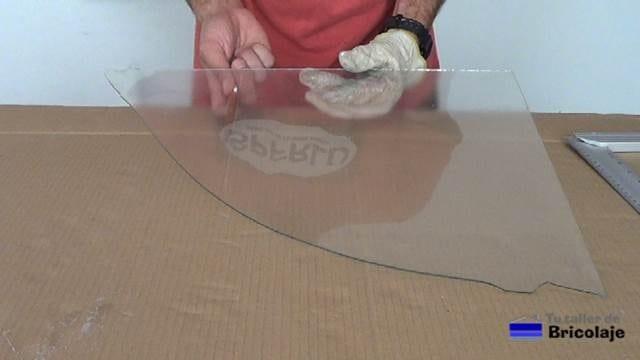 golpeando varias veces y de forma leve la zona de corte para facilitar el corte del cristal o vidrio