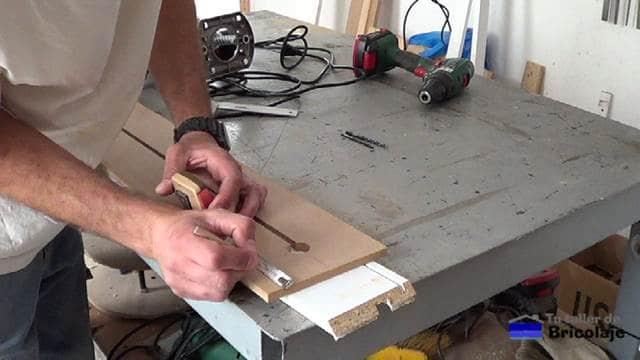 traslando las medidas de la base de la fresadora o router a la plantilla para realizar los cortes circulares