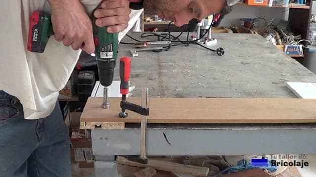 perforando la plantilla con una broca de cazoleta