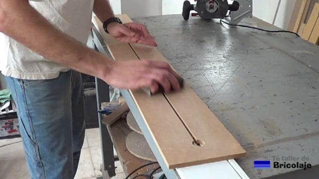 lijando la ranura realizada con la fresadora o router