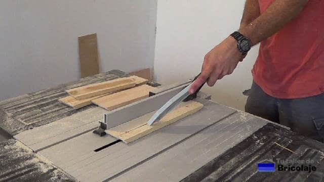 trabajando la madera de palets para hacer el cubo de basura