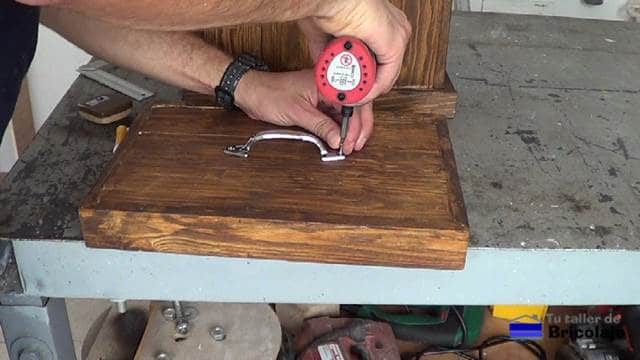 colocando un tirador a la tapa del cubo de basura