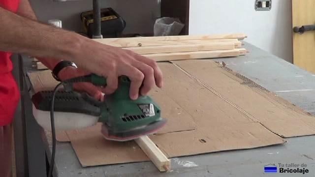 lijando toda la madera para fabricar la cuna colecho