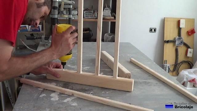 encolando los barrotes para formar la estructura