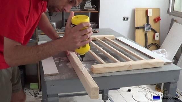 encolando las piezas para fabricar la cuna colecho