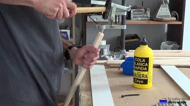encolando los tarugos de madera