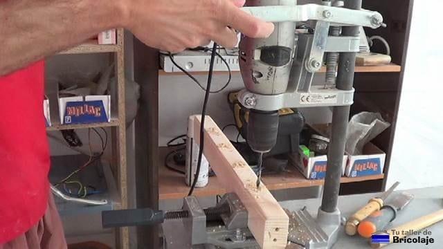 perforando con el soporte/taladro de columna para insertar las piezas para fabricar la cuna colecho