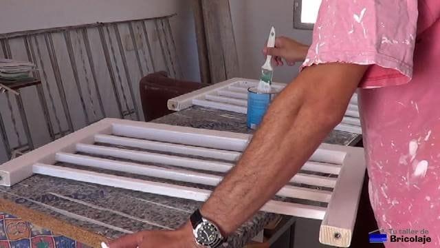 dando tapaporos y luego pintando las piezas que formarán la cuna colecho