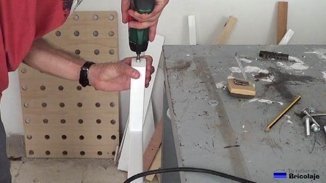 insertando el sistema de sujección para colocar los topes de gomas