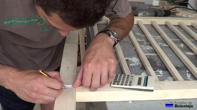 trazando el lugar donde taladrar para sujetar los laterales al fondo de la cuna colecho