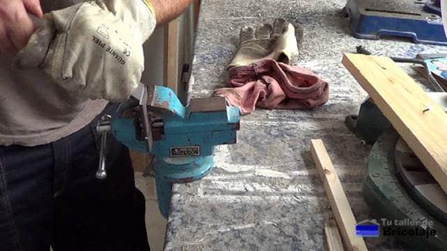 utilizando el tornillo de banco para realizar el doblez a la pletina