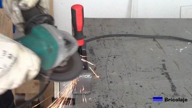 repasando la zona soldada con la amoladora o radial y disco de repaso