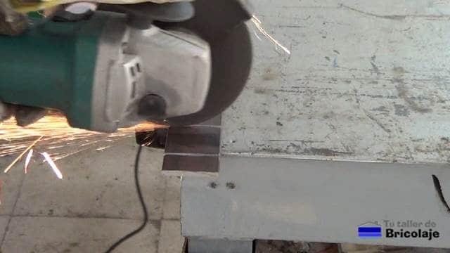 realizando los cortes con la amoladora o radial para debilitar la pletina