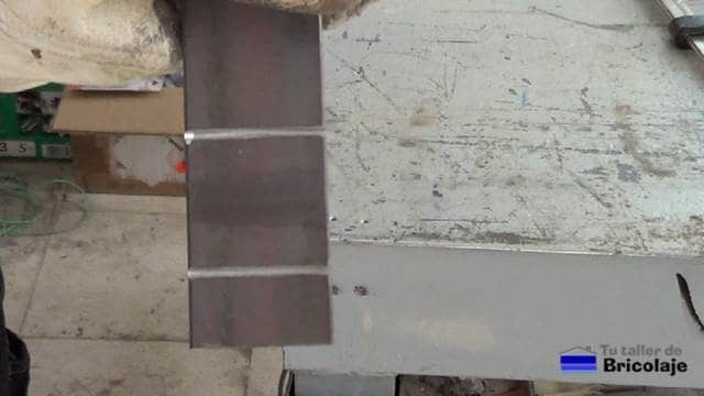 cortes realizados a la pletina de hierro para poder doblarla