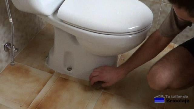 limpiando con una esponja humedecida la zona de trabajo