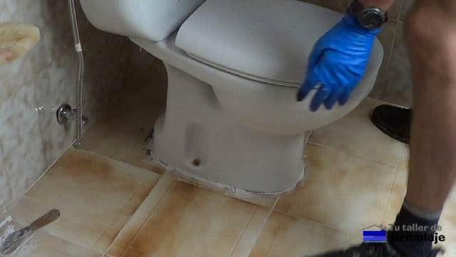 colocando el inodoro en su lugar y sobre el producto