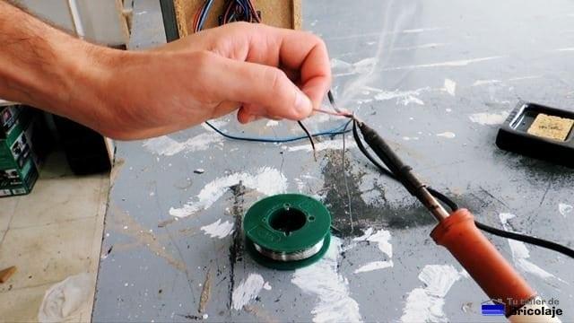 estañando las puntas del cable del altavoz