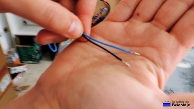 puntas de cables del altavoz estañadas