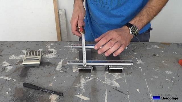 repartiendo en la base de la escopleadora casera las correderas para cajones