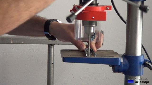 perforando las correderas de cajones para sujetarla a la base