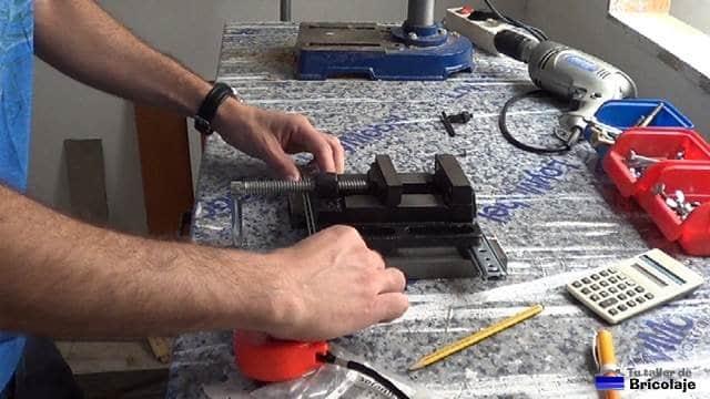 marcando la mordaza para sujetarla a las guías de la base de la escopleadora casera