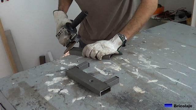 eliminando las rebabas generadas por la amoladora o radial