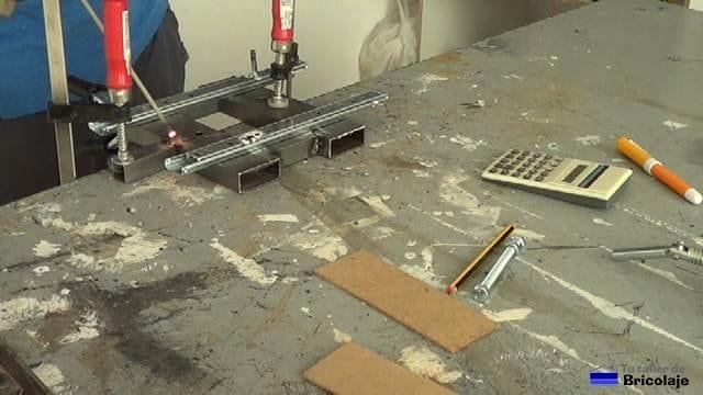 soldando el cuadradillo en la base de la escopleadora casera