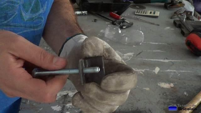 enroscando una varilla en el trozo de angulo