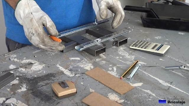 presentando el cuadradillo en la mitad de la base de la escopleadora casera