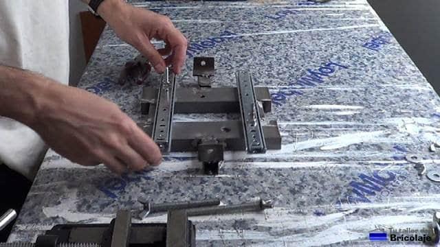 colocando tuerca y tornillo de 6 pasa sujetar la mordaza sobre los carriles