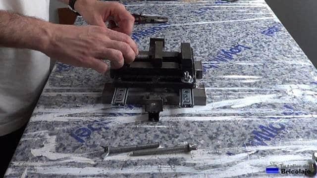sujetando la mordaza a los carriles mediante tuerca, tornillo y arandela de 6