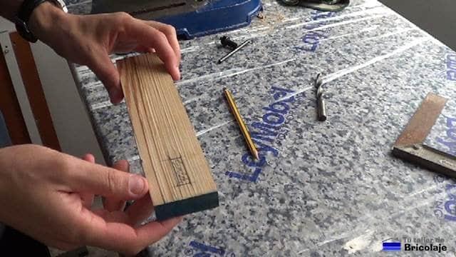 probando la escopleadora casera en un trozo de madera