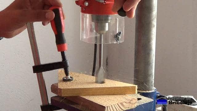 perforando las escuadras para ensamblar madera