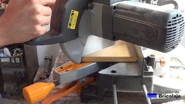 cortando las maderas para obtener las escuadras para unir o ensamblar maderas