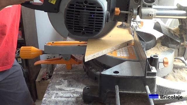 cortando de la maderas las escuadras necesarias para ensamblar o unir maderas