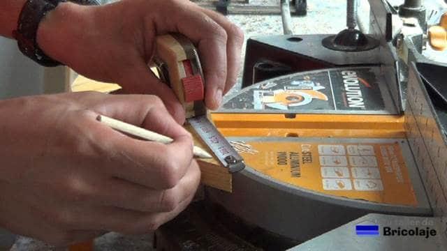 marcando para cortar la punta de las escuadras para unir o ensamblar maderas