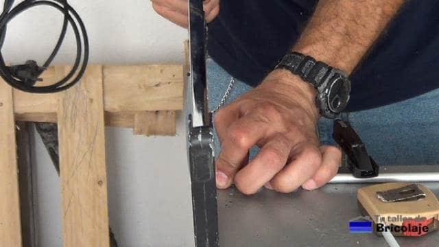 cortando el tubo hueco de aluminio para usarlo como separadores