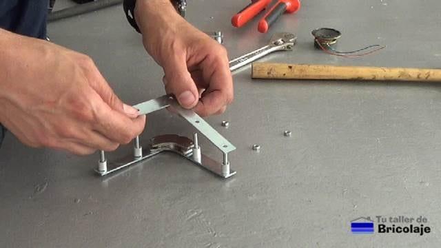 montando las partes que formarán la escuadra magnética casera